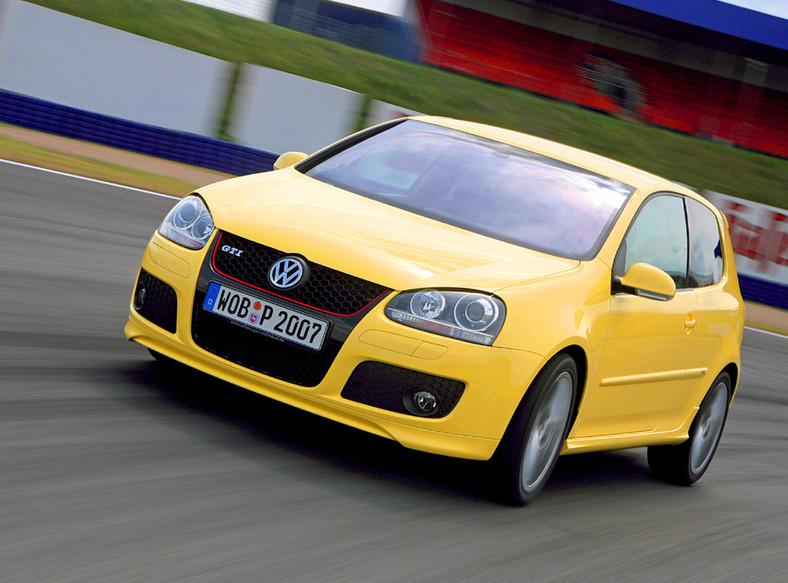 Volkswagen golf to najpopularniejszy model używanego auta poszukiwany przez polskich kierowców, którzy chcą zmienić samochód