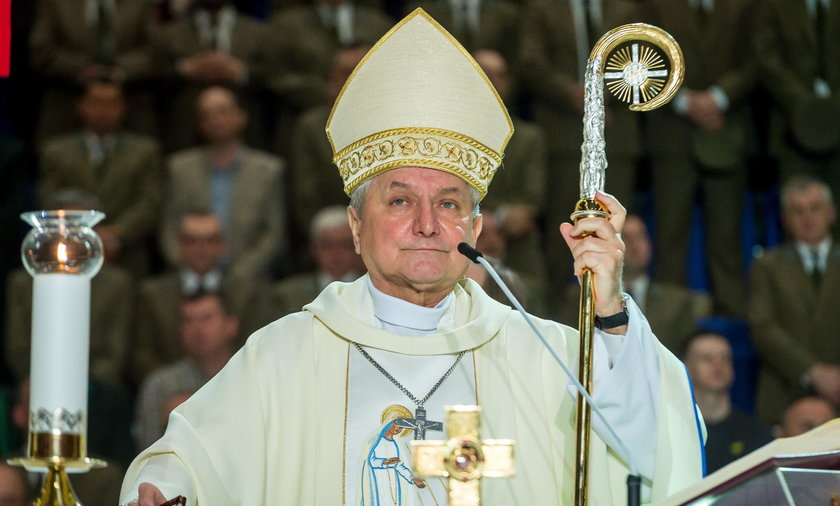 Biskup bronił pedofila.