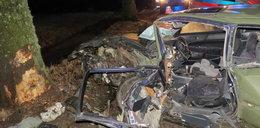Potworny wypadek pod Reszlem. Samochód roztrzaskał się o drzewo