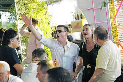 Evo kako se Vuk Kostić ponaša kad ne zna da je na meti paparaca!