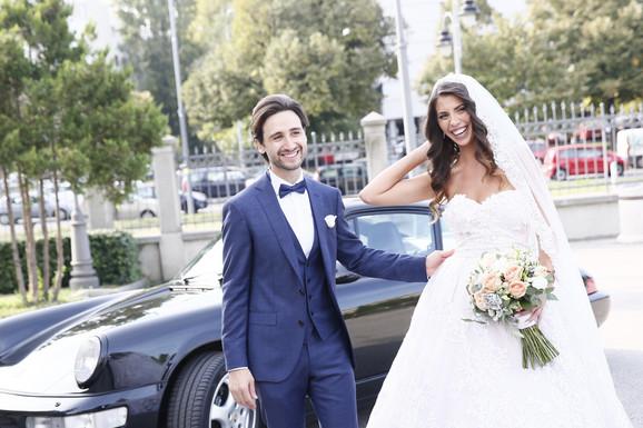 OŽENIO SE SRPSKI PEVAČ Skupocenim automobilom stigli na venčanje, mlada BLISTA, kuma Milica Todorović! (VIDEO)