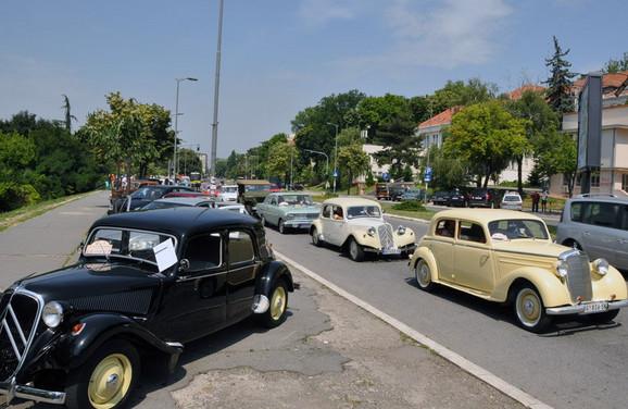 Kolona retkih automobila posle izložbe produžila je do Vinče