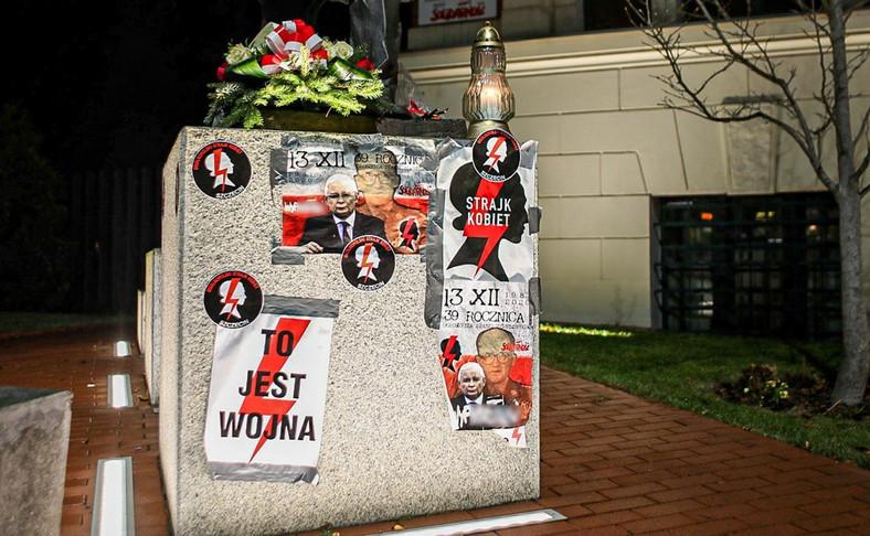 Zdewastowany pomnik Lecha Kaczyńskiego