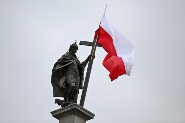 Pomnik króla Zygmunta III Wazy przystrojony flagą narodową. Fot. PAP/Rafał Guz
