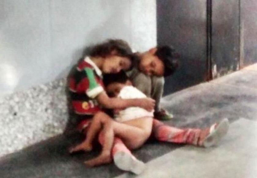 Dzieci spały na dworcu. Znalazł je przechodzień
