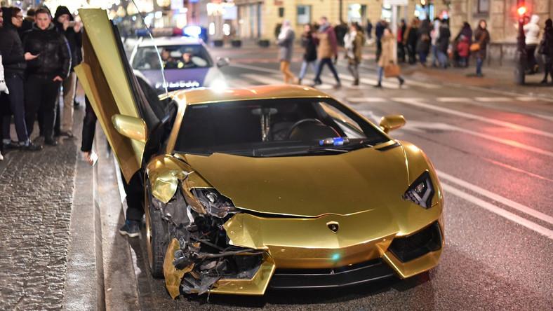 Lamborghini aventador to samochód egzotyczny i kosmicznie drogi. Ale w kolorze złotym to już niesamowita sensacja. Zwłaszcza kiedy na oczach świadków zderza się z innym autem. Tak było 1 stycznia na skrzyżowaniu Nowego Światu z Świętokrzyską w centrum Warszawy. - Kierowca lamborghini pomylił zieloną strzałkę z normalnym zielonym światłem i wjechał na czerwonym. Policja, według świadków, przyjechała po 15 minutach - relacjonuje w rozmowie z dziennik.pl Carlos92, fotograf i fan motoryzacji, który na miejscu zrobił zdjęcia i nagrał wideo. Carlos92 to jeden z pierwszych fotografów łowiących supersamochody na ulicach Warszawy. Dziś jest najbardziej znanym car spotterem w Polsce.