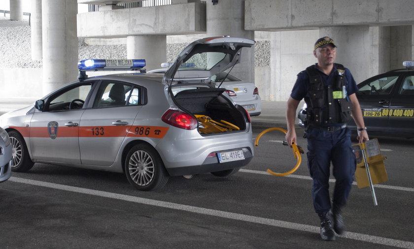 Straż miejska zablokowała auta na Fabrycznym