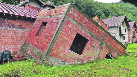 Jedna kuća iščupana iz temelja, čija je slika obišla svet, ostala je kao sećanje na poplave