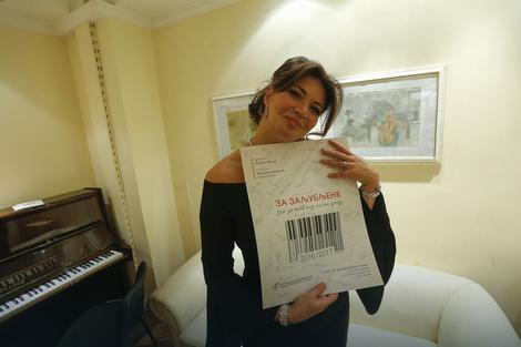 Milijana Nikolić i plakat potisan od beogradskih filharmoničara
