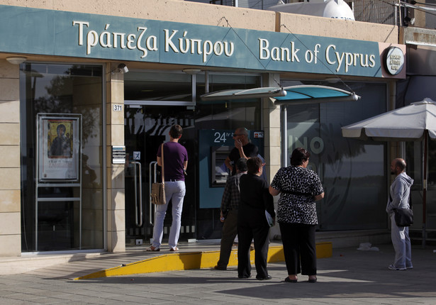 Kolejka klientów przez bankiem na Cyprze