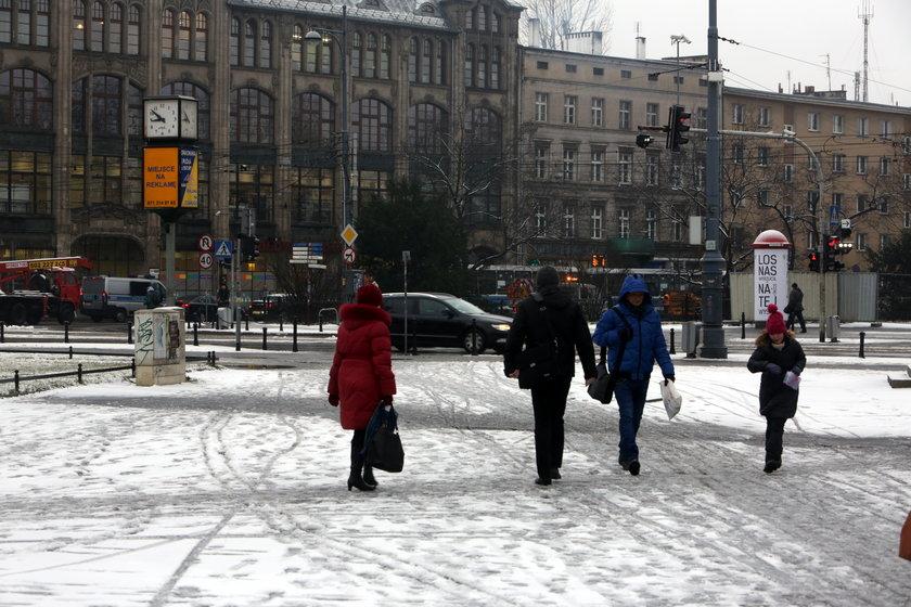 Śnieg na chodniku przy Świdnickiej we Wrocławiu