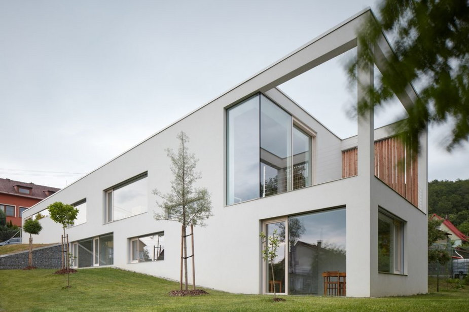 Biały dom w sąsiedztwie lasu