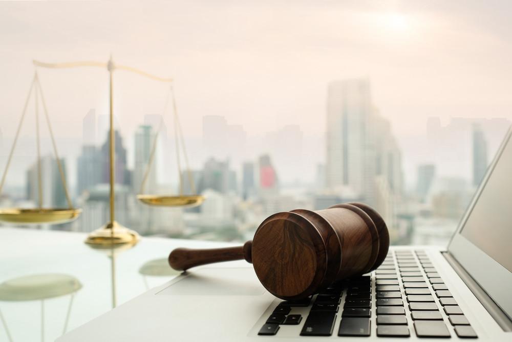 Z przeprowadzonego przez tę fundację monitoringu dostępności sądów dla publiczności wynika, że aż 94 proc. prezesów sądów wydało zarządzenia ograniczające dostęp do nich osób innych niż wezwane na sprawę.
