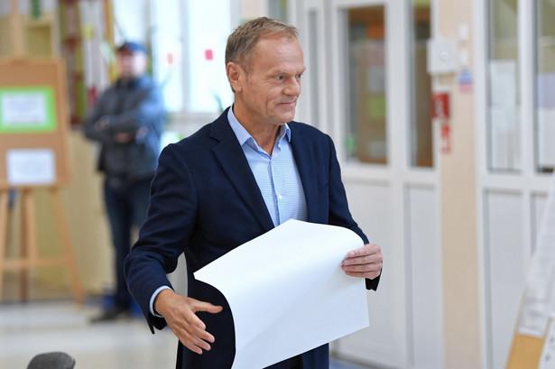 Przewodniczący Rady Europejskiej Donald Tusk głosuje w lokalu wyborczym w Sopocie