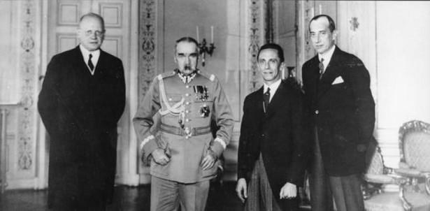 Hans Adolf von Moltke, Józef Piłsudski, Joseph Goebbels i Józef Beck w Warszawie 14 czerwca 1934. Bundesarchiv