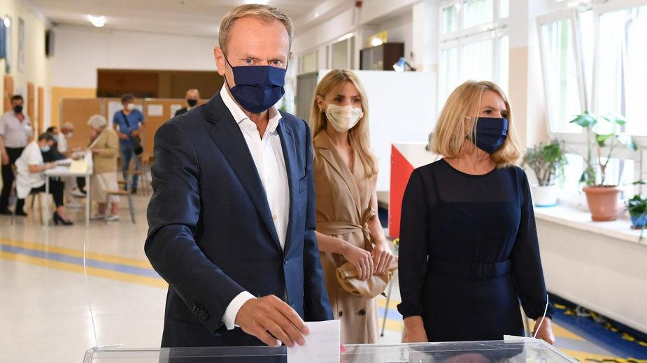 Donald Tusk w trakcie oddawania głosu w drugiej turze wyborów prezydenckich