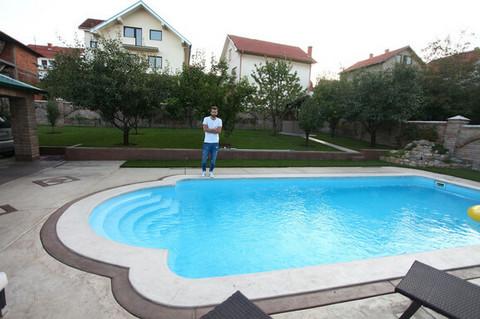OAZA MIRA NADOMAK BEOGRADA: Pevač ima veliki bazen, a tek da vidite šta krije u dnevnom boravku!