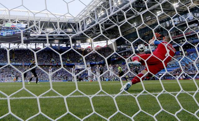 Lionel Mesi propušta idealnu priliku da iz penala donese novu prednost Argentini