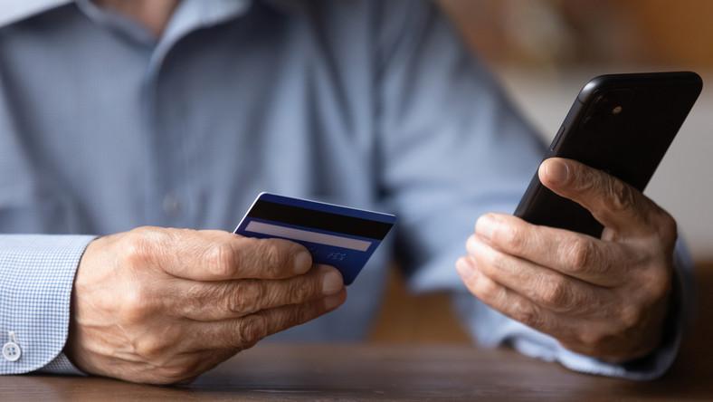 telefon senior pieniądze fot. shutterstock