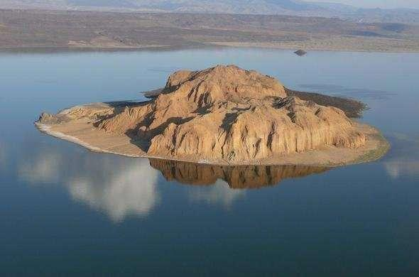 Cathedral Rock Lake Turkana. (Kenyasafari)