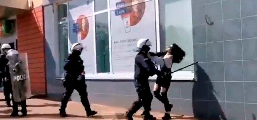 Protest w Głogowie. Policjant uderzył kobietę. KGP oczekuje wyjaśnień