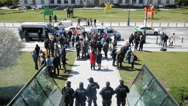 Policja przed wejściem do siedziby Sądu Najwyższego