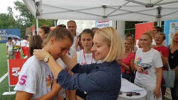 Maša Drakulić, direktorka marketinga naše kompanije, dodeljuje medalje učesnicima Sportskih igara mladih