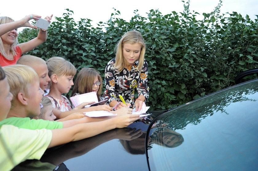 Joanna Krupa rozdaje autografy