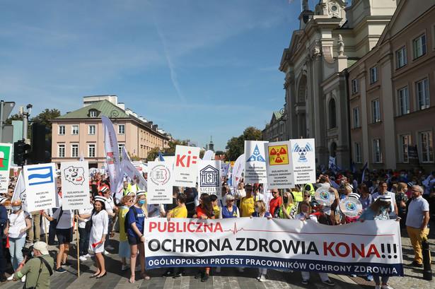 Protest pracowników ochrony zdrowia przechodzi ulicami Warszawy