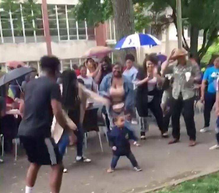 dečak pleše