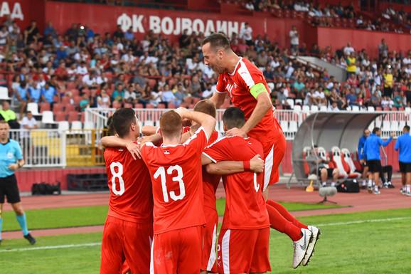 Mlada fudbalska reprezentacija Srbije slavi jedan od uspeha u Novom Sadu