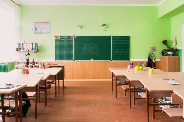 Do dyrektora przedszkola, szkoły lub placówki należy zarówno decyzja o organizacji pracy nauczycieli w okresie zawieszenia działalności dydaktycznej, wychowawczej i opiekuńczej, jak i sposobie realizacji gotowości do pracy - wyjaśnia MEN.