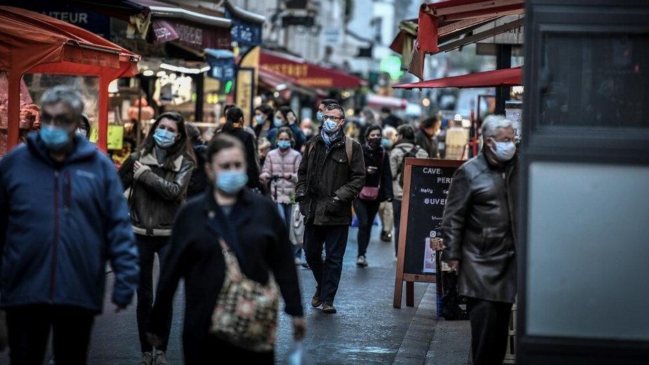 Paryżanie podczas pandemii koronawirusa (ilustracyjne)
