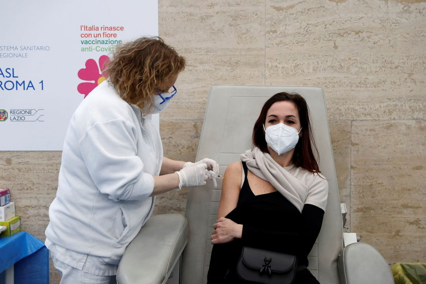 Włoski ekspert o szczepieniu osób, które przeszły Covid-19. Jakie mogą być skutki?