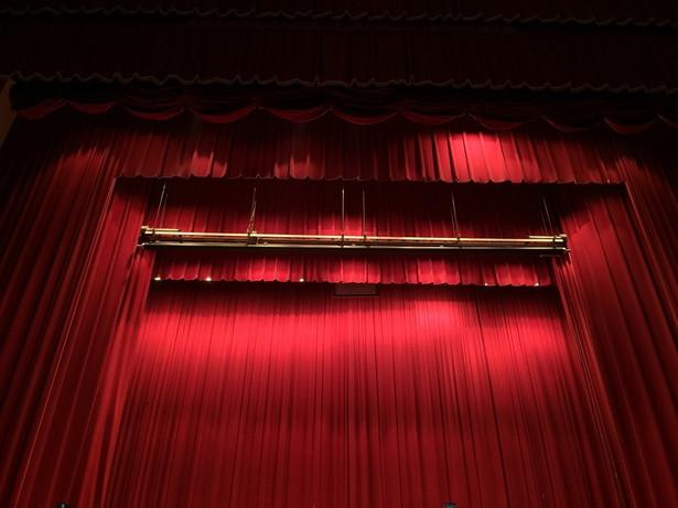 W przedstawieniu występują cztery pokolenia aktorskie Teatru Ateneum: Paulina Gałązka (Antygona), Katarzyna Ucherska (Ismena), Przemysław Bluszcz (Kreon), Adrian Zaremba (Hajmon), Wojciech Brzeziński (Tyrezjasz), Sylwia Zmitrowicz (Eurydyka), Maria Ciunelis (Koryfeusz / Przewodnik Chóru), Henryk Łapiński (Starzec) oraz trzynastoosobowy chór.