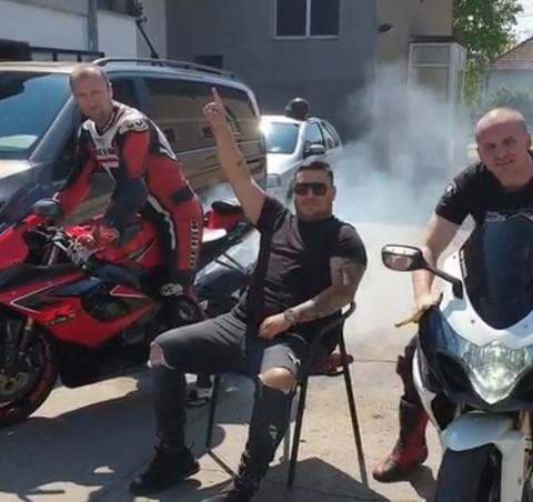 Motori oko njega i oblak dima: Darko Lazić ponovo luduje! VIDEO