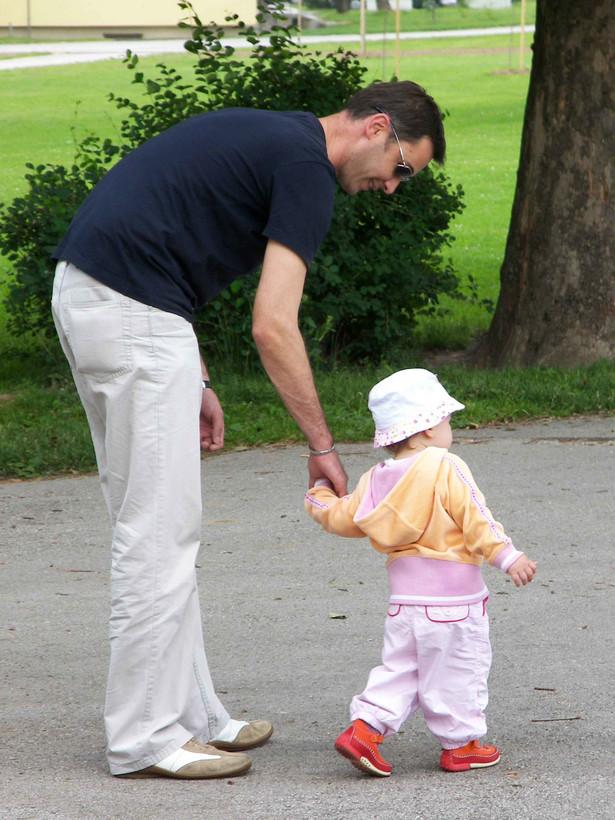 Projekt nowelizacji kodeksu rodzinnego i opiekuńczego przewiduje możliwość uchylenia się rodzica od płacenia alimentów, uznanie ojcostwa zamiast uznania dziecka i nowe zasady ustalenia i zaprzeczenia macierzyństwa.