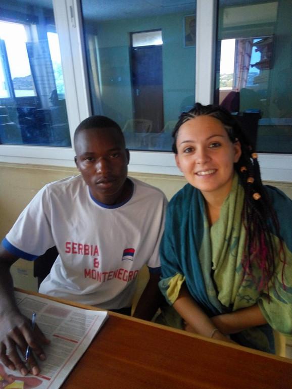 Sa momkom iz Kenije u zanimljivoj majici