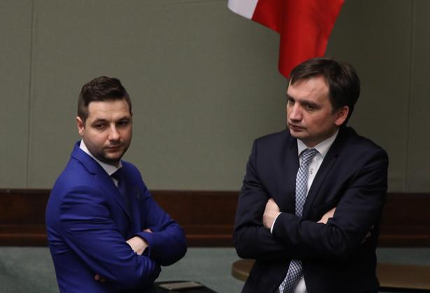 """Prokurator Generalny Zbigniew Ziobro zapowiadał, że po zapoznaniu się z tym pisemnym uzasadnieniem SN, """"rozważy skierowanie do Trybunału Konstytucyjnego wniosku o zbadanie konstytucyjności przepisów, które legły u podstaw uchwały Izby Karnej Sądu Najwyższego""""."""