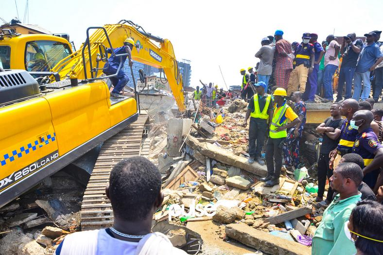 The Earth-Mover at the scene of the collapse. (Pulse Nigeria)