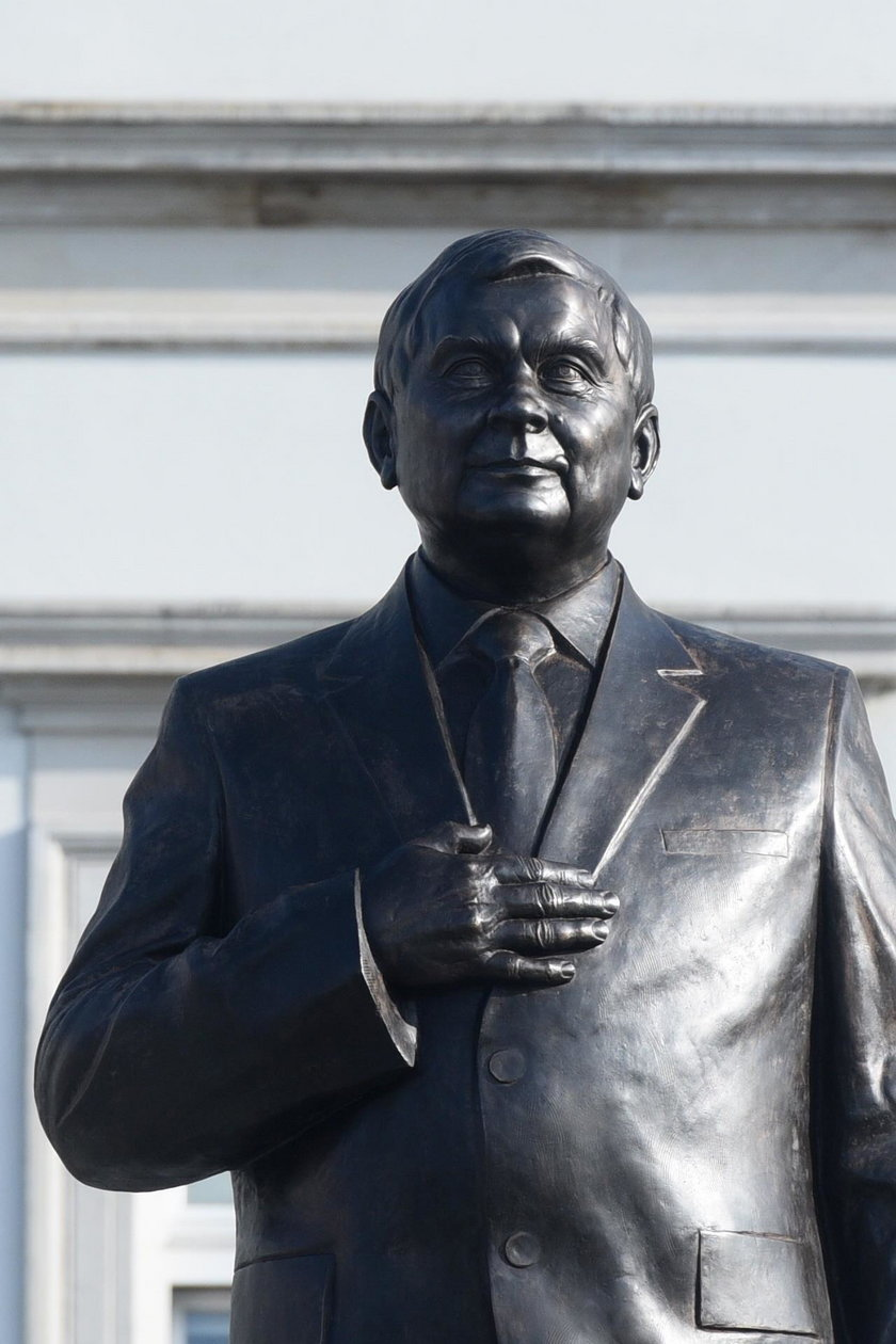 Pomnik Lecha Kaczyńskiego. Brakuje obrączki