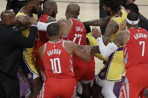 ZRELI ZA RING Šorka u Los Anđelesu, potukli se košarkaši Lejkersa i Hjustona! /VIDEO/
