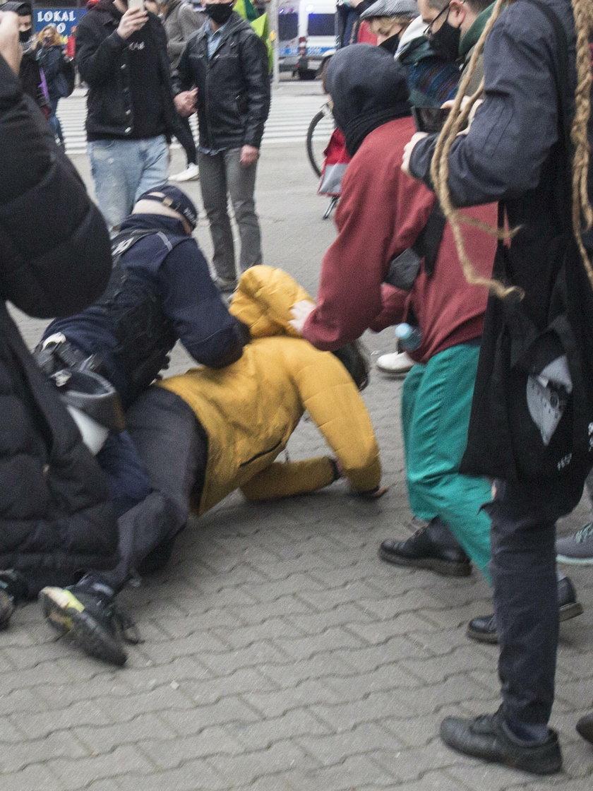 """Protesty w Warszawie. 17-latek został zatrzymany przez policję. """"Przycisnęli mnie twarzą do ziemi, dusiłem się"""""""