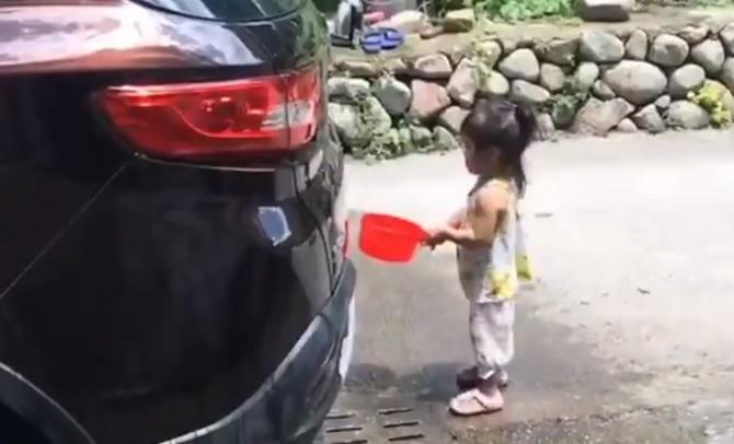 Devojčica pere automobil