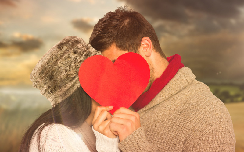 figlarny pocałunek aktorów randki