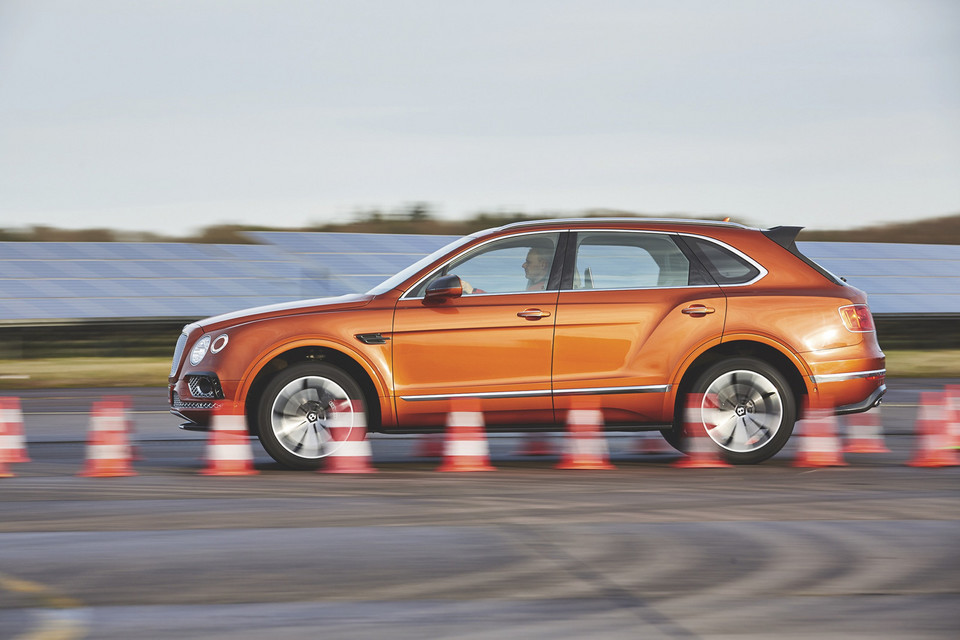 Wolty kontra oktany: Tesla Model X i Bentley Bentayga W12