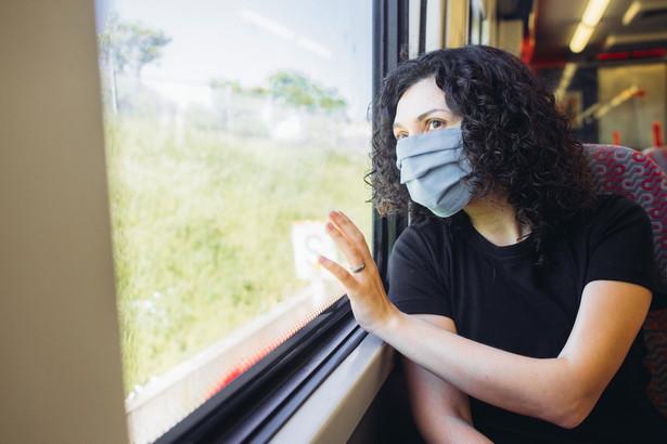 maseczki w pociągu