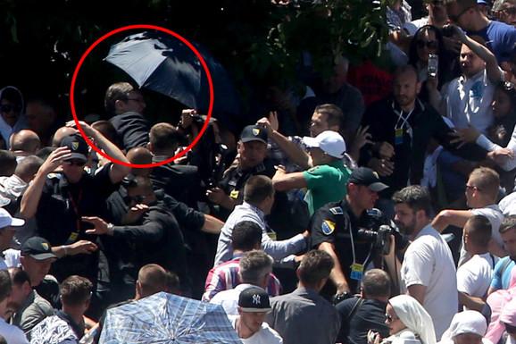 Trenutak u kom okupljeni napadaju Vučića (FOTO:S. Pašalić)