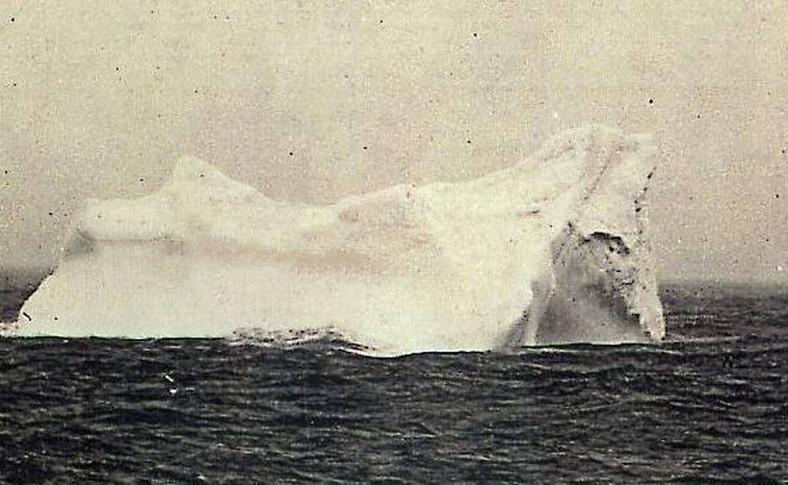 Góra lodowa, z którą prawdopodobnie zderzył się Titanic (zauważono na niej ślady czerwonej farby, jaką pokryta była podwodna część statku)