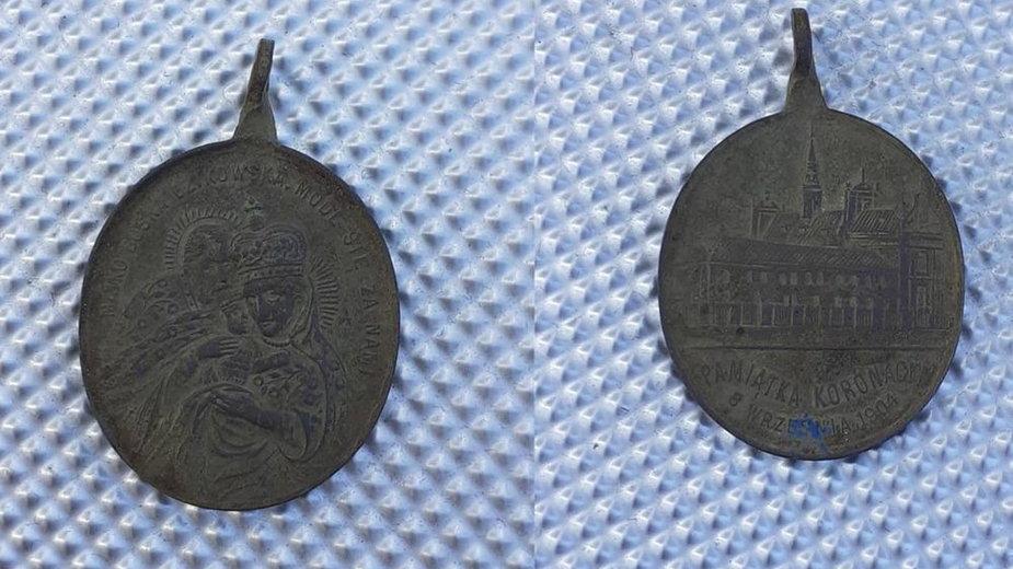 Znaleziony medalik wydany z okazji koronacji obrazu Matki Bożej Dzikowskiej - 8 września 1904 roku!
